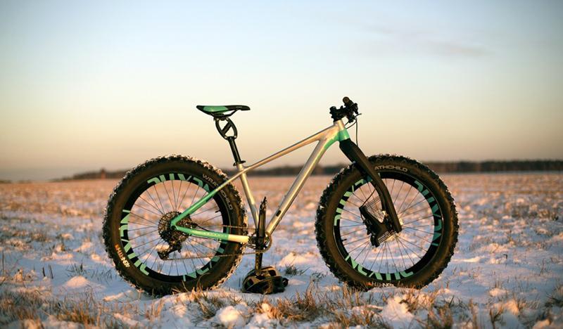 Deportes de invierno, practicar fatbike en la nieve